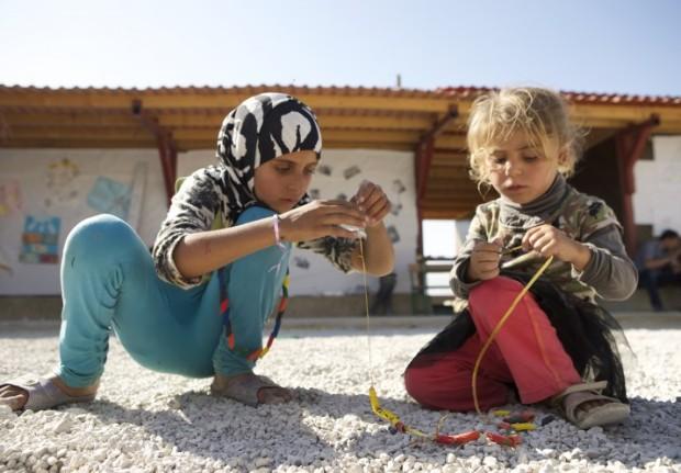 Crianças auxiliando na construção do parque