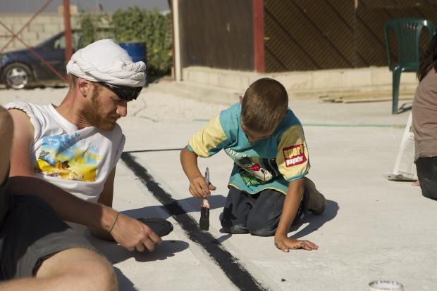 Criança auxiliando na construção do Parque