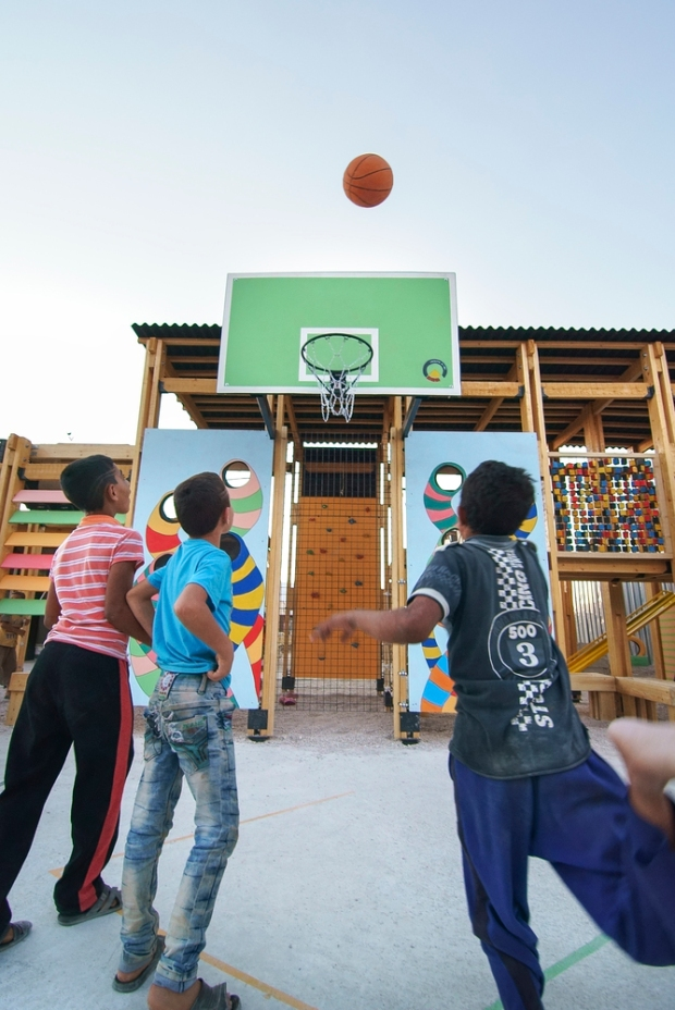Crianças refugiadas se divertindo no novo parque