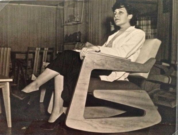 lina-bo-bardi-experimenta-o-assento-de-balanco-projetado-por-ela-para-o-studio-darte-palma-em-1948-1413584959877_662x500